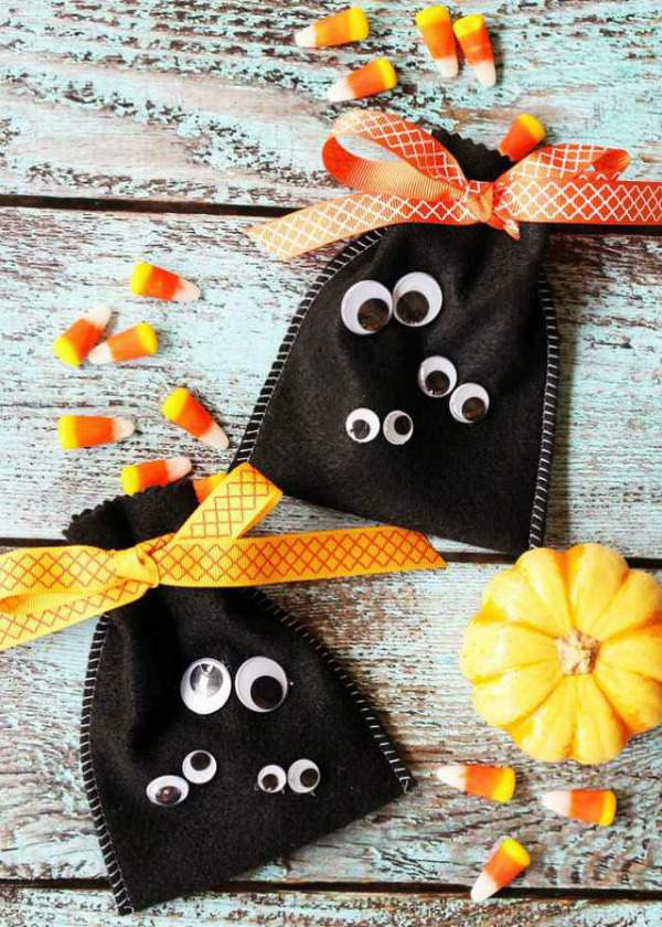 These Halloween Ghost Gift Bags are so fun and perfect for your little ghouls and goblins! A fun Halloween Kids Craft or Halloween Gift idea! Find this Pin and more on The Idea Room | Pins I Love by The Idea Room. Decorazioni Halloween: i sacchettini fantasma - Halloween Ideas.