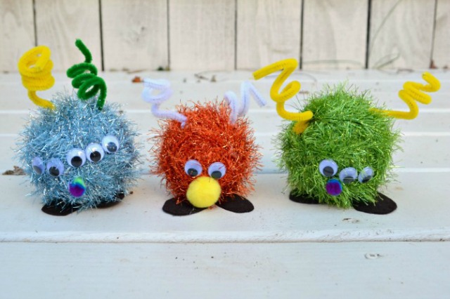 Make these crazy fuzzy monsters for Halloween with the kids. Check out the other easy Halloween craft ideas here.