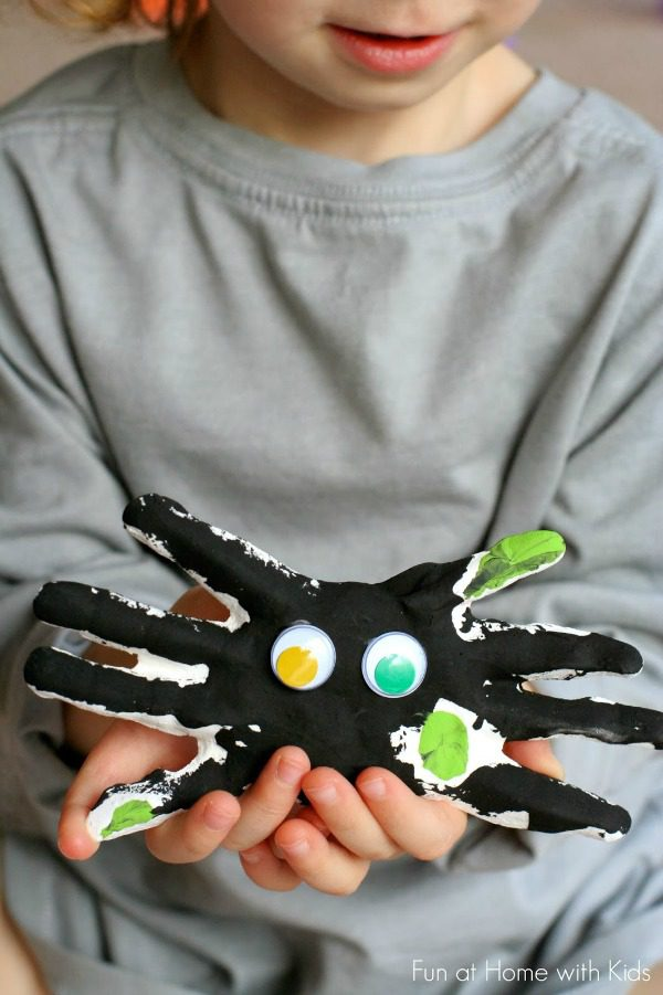 spider Halloween crafts - handprint keepsake spiders