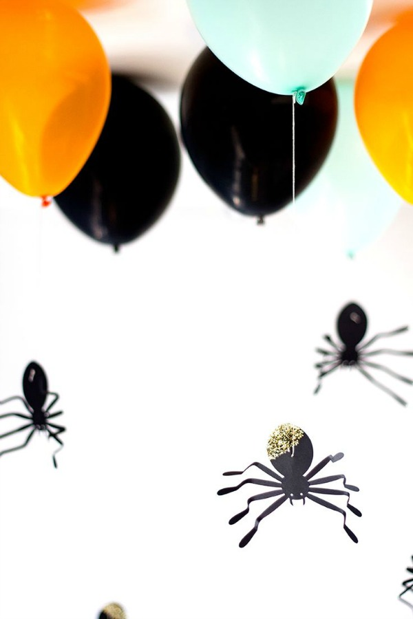 spider Halloween crafts - hanging spider balloons