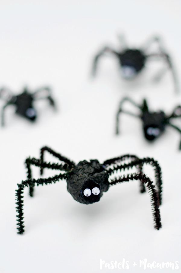 spider Halloween crafts - pinecone spiders
