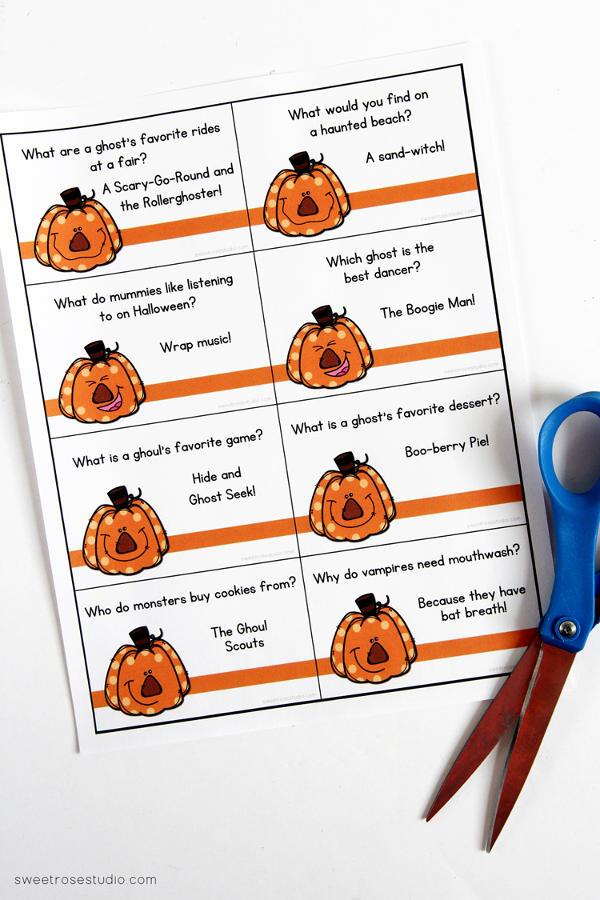 Last Minute Halloween Printables for Kids - Printable Halloween Lunchbox Jokes (via Sweet Rose Studio)